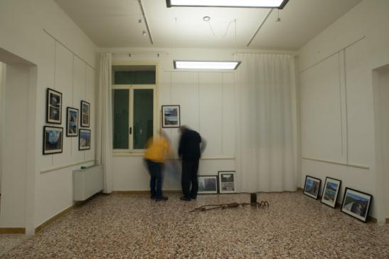Allestimento mostra fotografica a Palazzo Fogazzaro